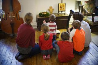Illustration : prière en famille à la maison