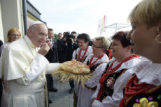 31/07/16. JMJ, le pape visite un bâtiments Caritas