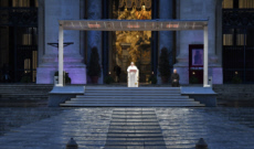 27/03/20 : Le Pape, seul, pendant la prière Urbi et Orbi, place St-Pierre.