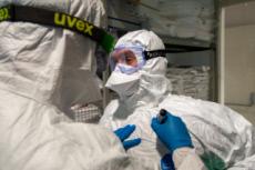 09/04/20 : Personnel soignant dans une structure médicale à Rome.